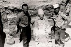Baldomero Alvarez en la tumba 155 donde aparecio la Dama de Baza2.jpg