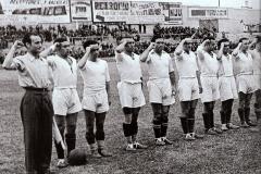 Real Madrid haciendo el saludo republicano